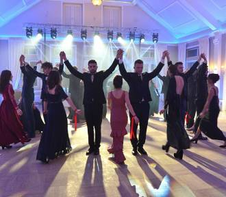 """Licealiści z wiśnickiego """"Plastyka"""" bawili się na balu maturalnym"""