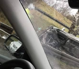 Sosnowiec. Samochód wyleciał z drogi na zakręcie i zatrzymał się pod drzewem