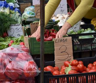 Piątkowy handel na targu w Sławnie. Ceny owoców i warzyw ZDJĘCIA