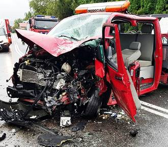 Stróże. Dwóch rannych kierowców strażacy wycinali z wraków ciężarówek