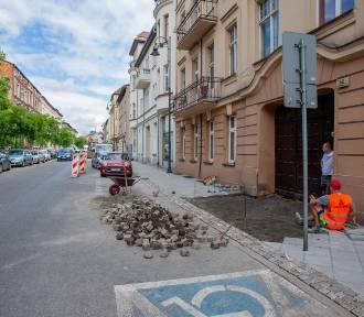 Śródmiejskie chodniki z nową nawierzchnią w starym stylu