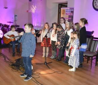 """Uczniowie studia muzycznego """"Nutka"""" zagrali razem ze swoimi nauczycielami na uroczystym koncercie"""