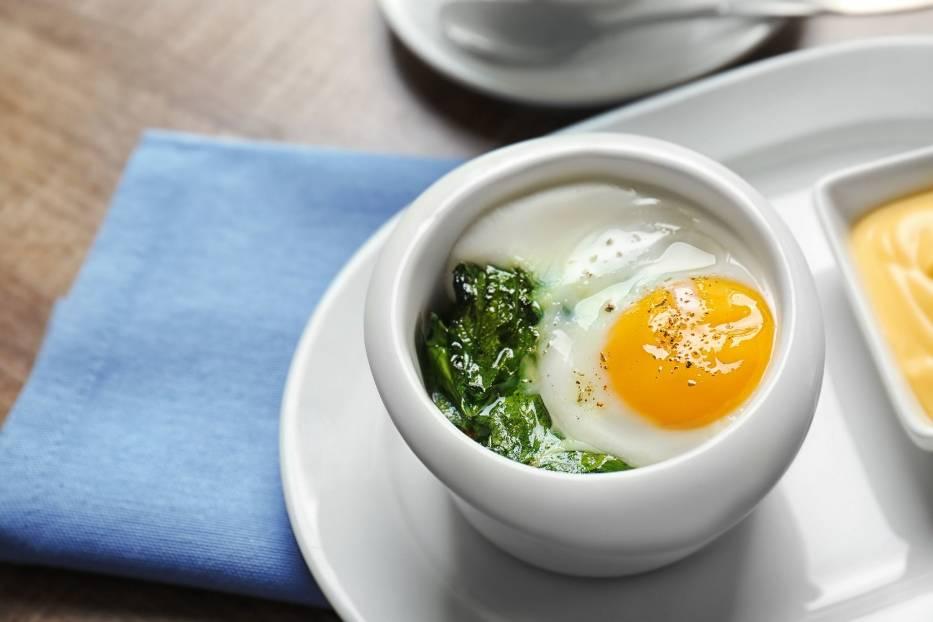 Jajko na miękko ze szpinakiem