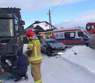 Wypadek drogowy w Mirowicach - samochód zderzył się ze śmieciarką