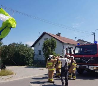 Paralotniarz z Gdańska zawisł na linii energetycznej koło Wiela