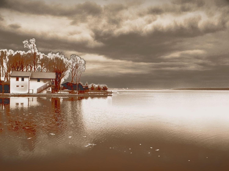 Chociaż pogoda jeszcze nie sprzyja spacerom, to warto wybrać się nad jezioro i w ciszy posłuchać szumu wody