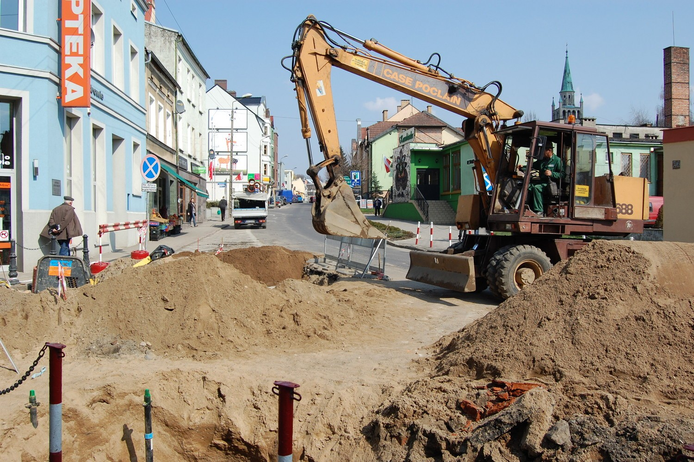 Poniemiecka kostka brukowa jest zrywana z remontowanych ulic