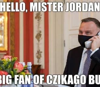 Andrzej Duda pokazał, jak rozmawiać przez telefon w reżimie sanitarnym MEMY