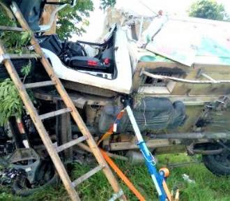 Gm. Malechowo. Wypadek na DK6. Auto koziołkowało i uderzyło w drzewo ZDJĘCIA