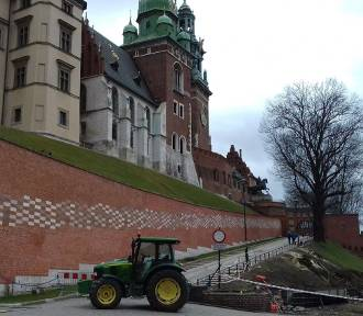 Kraków. Po wypadku pod Wawelem zabezpieczą teren prac i przebadają drzewa