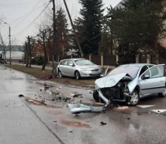 Rozbite samochody i słup energetyczny po porannej kraksie w Krzyżu