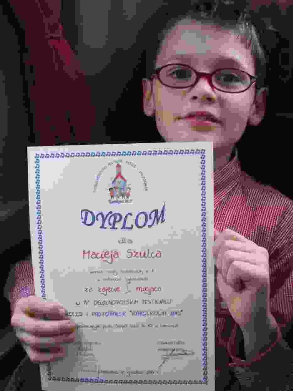 Na zdjęciu 11 letni Piotrkowianin z dyplomem