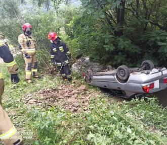 Samochód dachował w potoku. Wyciągnęli go strażacy