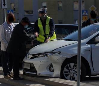 Kalisz: Na ulicy Serbinowskiej 72-latek rozbił pięć samochodów. ZDJĘCIA