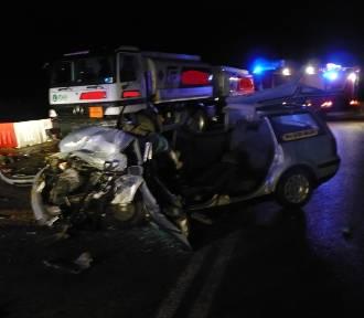Czołowe zderzenie auta z cysterną. Cztery osoby zostały ranne [ZDJĘCIA]