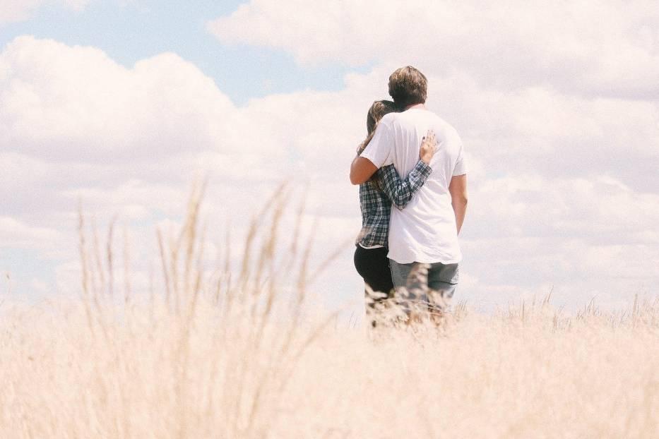 Miłość karmiczna to związek dwojga ludzi, którzy wierzą, że są sobie przeznaczeni