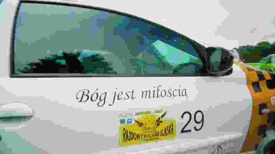 Ksiądz Robert Augustyn z Katowic ma rajdowy samochód z cytatami z Biblii
