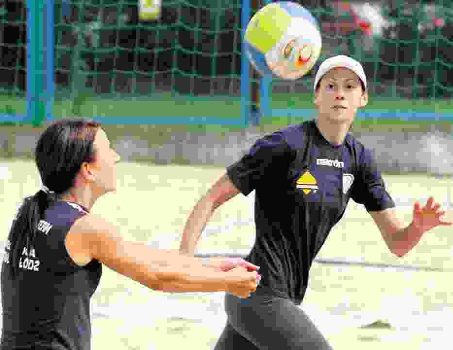 Marta Szymańska (od lewej) i Julia Szeluchina na piasku SMS