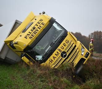 Zderzenie dwóch ciężarówek między Zbarzewem a Osową Sienią.  Auta wypadły z drogi [ZDJĘCIA i FILM]