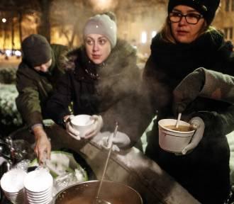 Zupa na Placu Ofiar Getta w Rzeszowie. Każdy potrzebujący może zjeść talerz ciepłej zupy