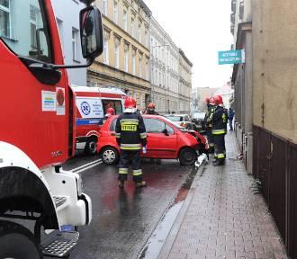 Auto wpadło w poślizg i uderzyło w budynek. Dokładnie w drzwi sklepu