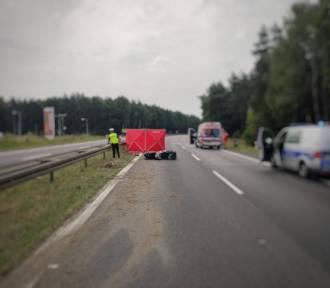 Romanów koło Częstochowy. Wypadek na DK 1. Nie żyje motocyklista. Droga zablokowana