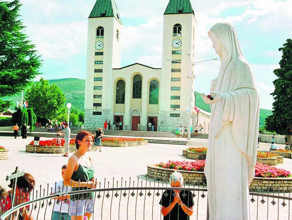 Pielgrzymi przed figurą w Medjugorie