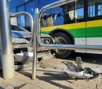 Zderzenie osobówki z autobusem MZK. Kierowca chciał ominąć pieszego na pasach
