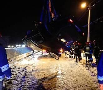 Samochód wypadł z drogi i dachował w rowie [ZDJĘCIA]
