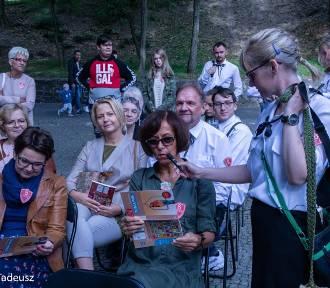 Książnica Stargardzka zorganizowała NoweLove Czytanie Narodowe w plenerze [ZDJĘCIA]