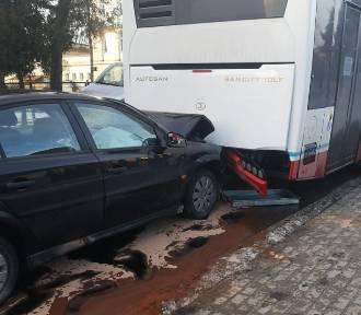 W Brodnicy kierowca osobówki wjechał w autobus, w którym siedzieli pasażerowie