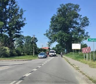 Pijany rowerzysta w Popkowicach uderzył w samochód. 59-latek trafił do szpitala. Zobacz zdjęcia