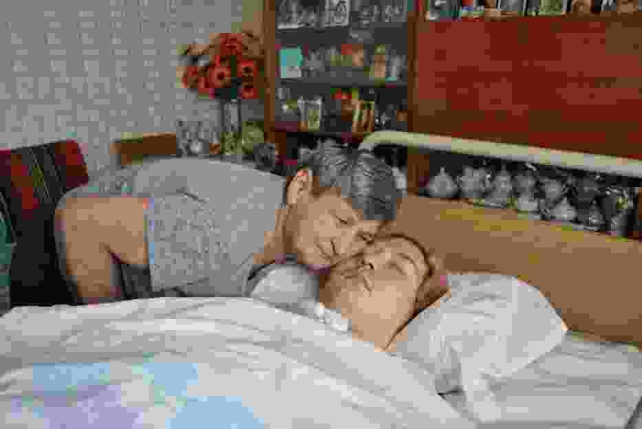Anna Owczarek od sześciu lat co dziennie modli się przy łóżku Rafała, prosząc Boga, by jej ukochany syn wyzdrowiał i jak to było za dawnych lat zabrał ją pod rękę na niedzielny spacer