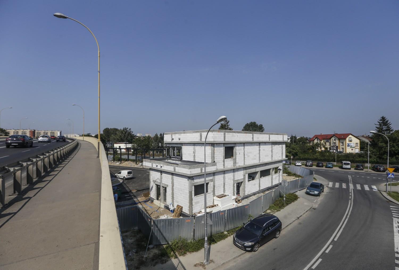 Dworzec lokalny mieści się pod wiaduktem Śląskim