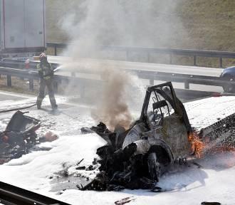 Wypadek na A4 na węźle Złotoryja. Laweta stanęła w ogniu. Autostrada zablokowana! [NOWE ZDJĘCIA]