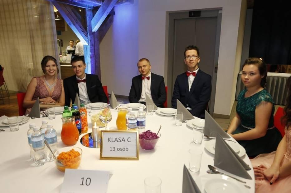 Uczniowie ostatnich klas VII LO w Toruniu  swój bal maturalny mają już za sobą