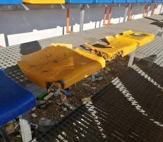 Akt wandalizmu na stadionie Sokoła Borzęcin, chuligani zniszczyli 50 krzesełek