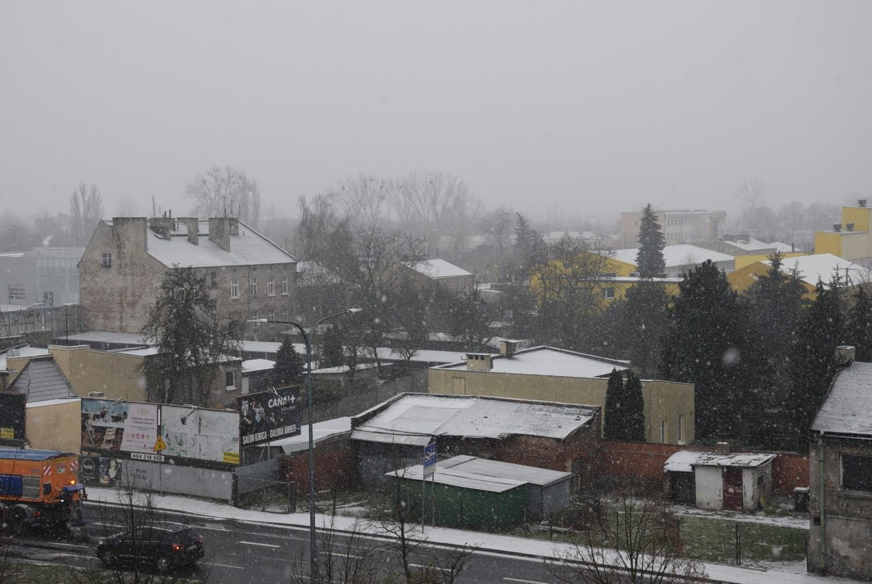 W Kaliszu spadł śnieg. Zobacz, jak wygląda przykryte cienką białą pokrywą osiedle Serbinów