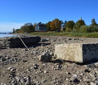 Odkryto nyską Atlandydę. Woda z Jeziora Nyskiego odsłoniła ruiny zalanej wsi