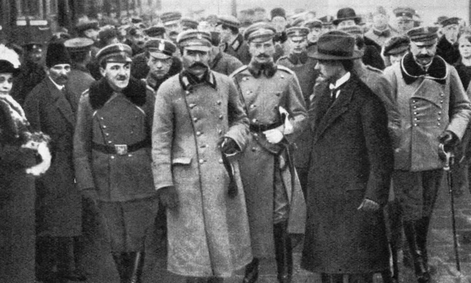 <center>Józef Piłsudski na dworcu w Warszawie, 12 grudnia 1916</center>