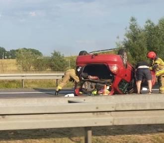 Dwa wypadki w jednym miejscu. Kierowca się zagapił i walnął w tył auta