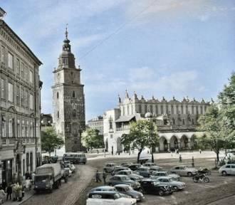 Kiedyś Rynek Główny bardziej przypominał parking. Archiwalne zdjęcia w kolorach