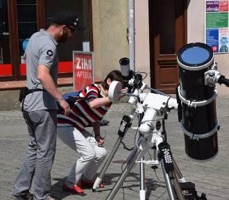 Zaćmienie Słońca oglądaliśmy przez lunety z Planetarium Wenus. A na deptaku - wystawa