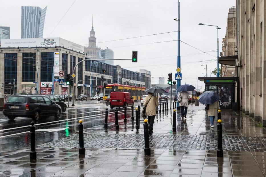 IMGW ostrzega przed burzami i intensywnym deszczem. Lepiej zostańcie w domu