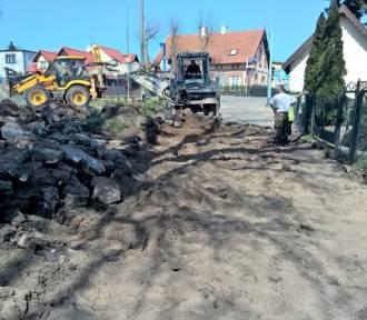 Roboty budowlane w centrum Stegny. Trwa wyczekiwany remont ulicy Polnej