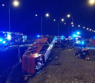5 osób nie żyje, 33 są ranne. Tragedia na autostradzie pod Przemyślem [ZDJĘCIA]