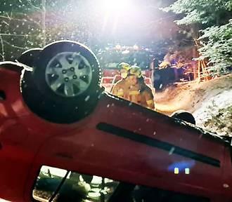 Pod Limanową Samochód osobowy dachował na zaśnieżonej górskiej drodze