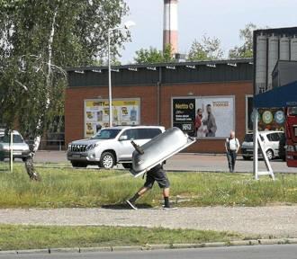 Pijany 26-latek ukradł wannę i niosąc ją na plecach szedł ulicami Włocławka
