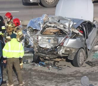 Koszmarny wypadek na A4 pod Legnicą. Ciężarówka zmiażdżyła osobówkę!