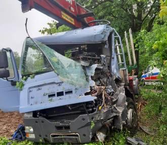 Wyglądało strasznie! Maska auta wgnieciona, kierowca zakleszczony. Wypadek na trasie Zwartowo